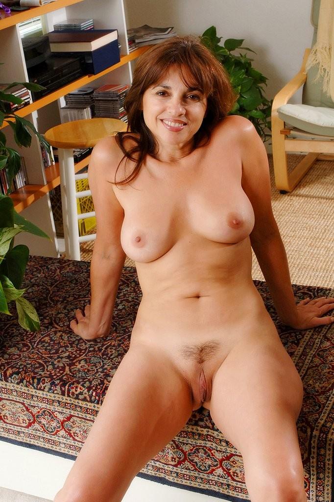 Веселая женщина разделась до гола