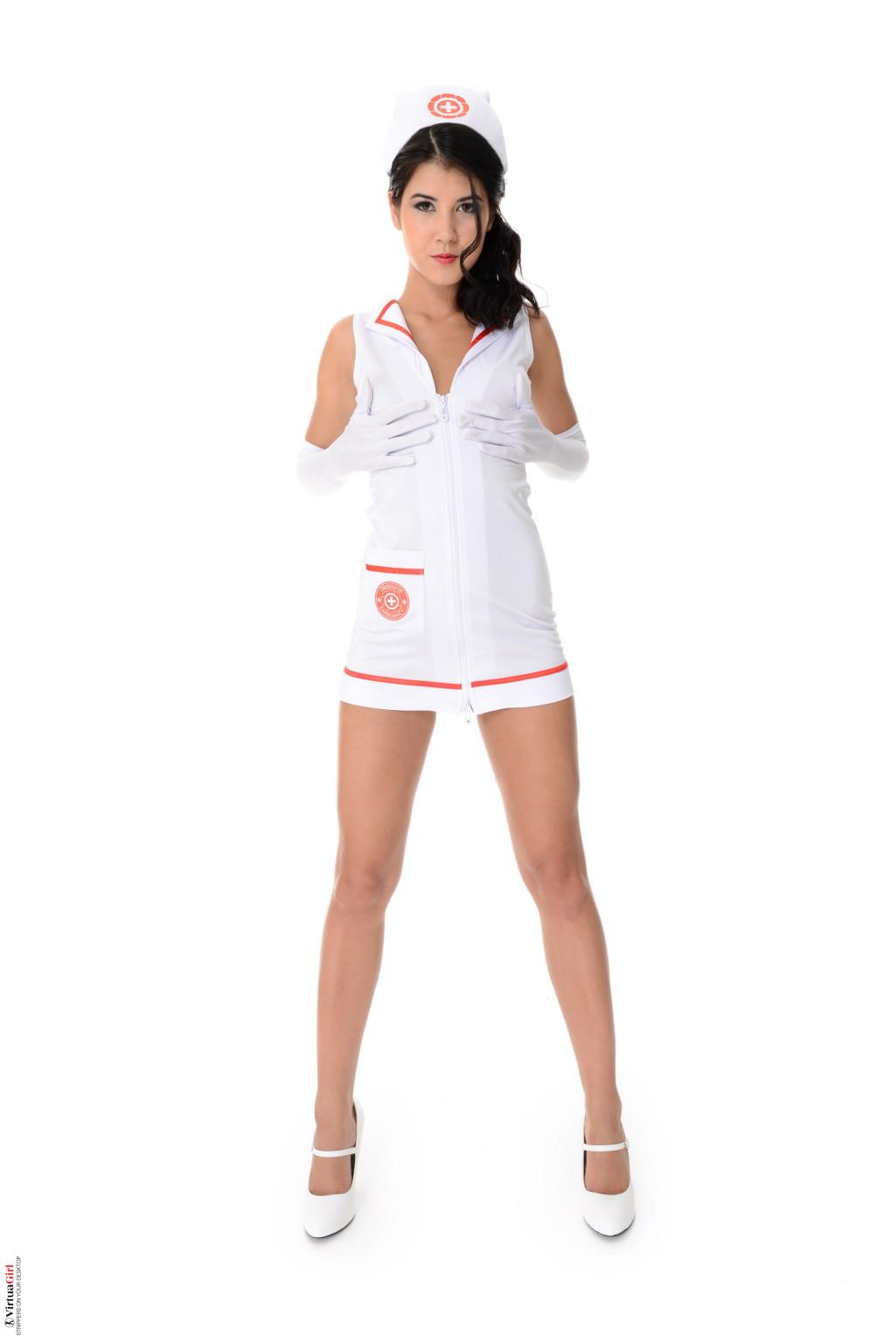 Брюнетка Lady Dee в униформе медсестры