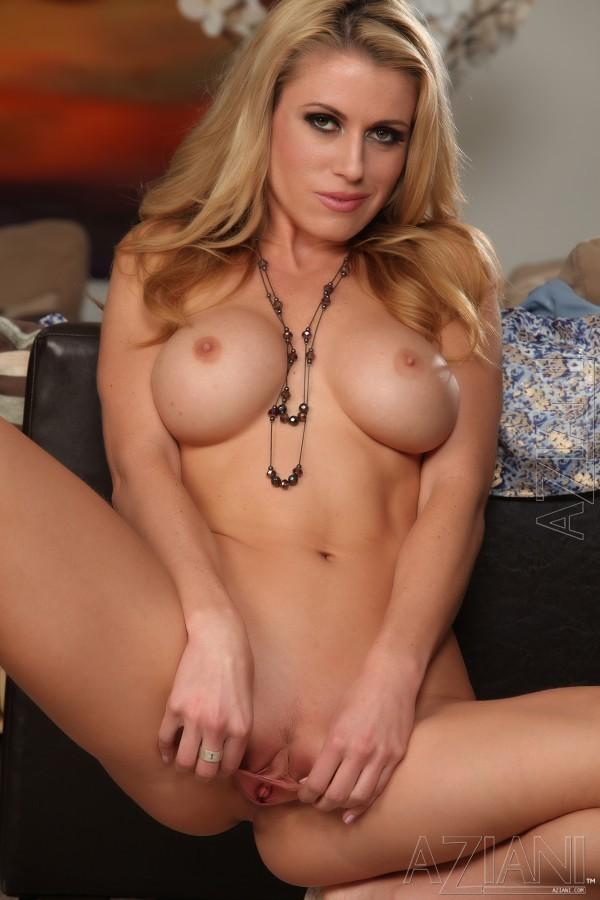 Блондинка с прикольными сиськами расстянула половые губки
