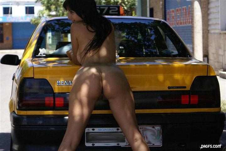 Сисястая мексиканка гуляет по улице голышом