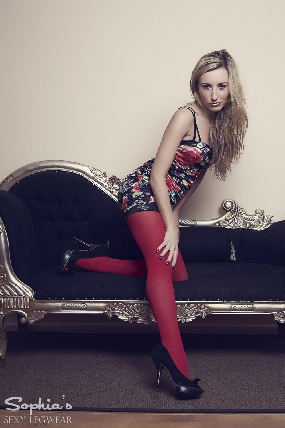 Блондинка Sophia Smith в красных колготках