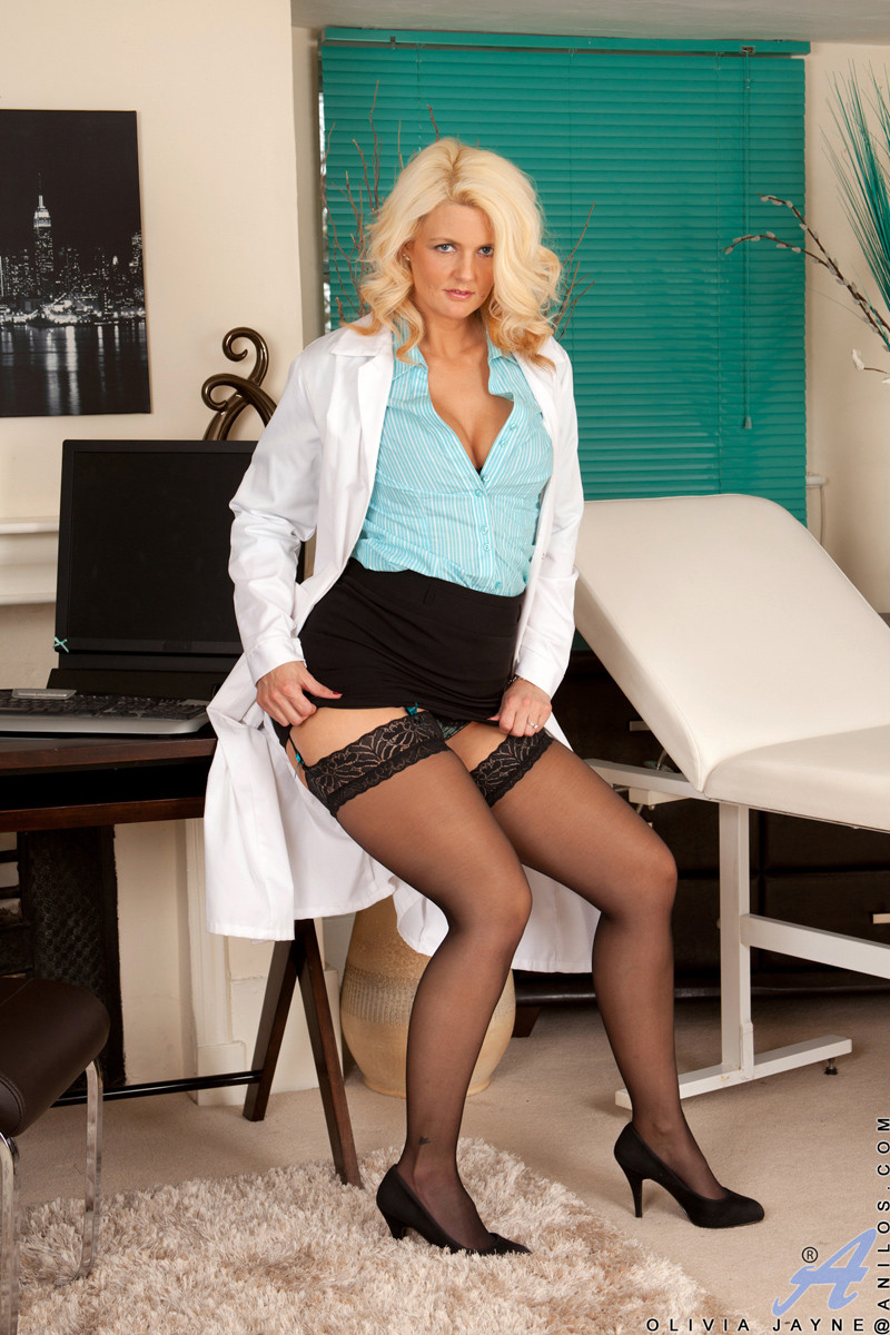 Зрелая блондинка Olivia Jayne в белом халате мастурбирует на кушетке