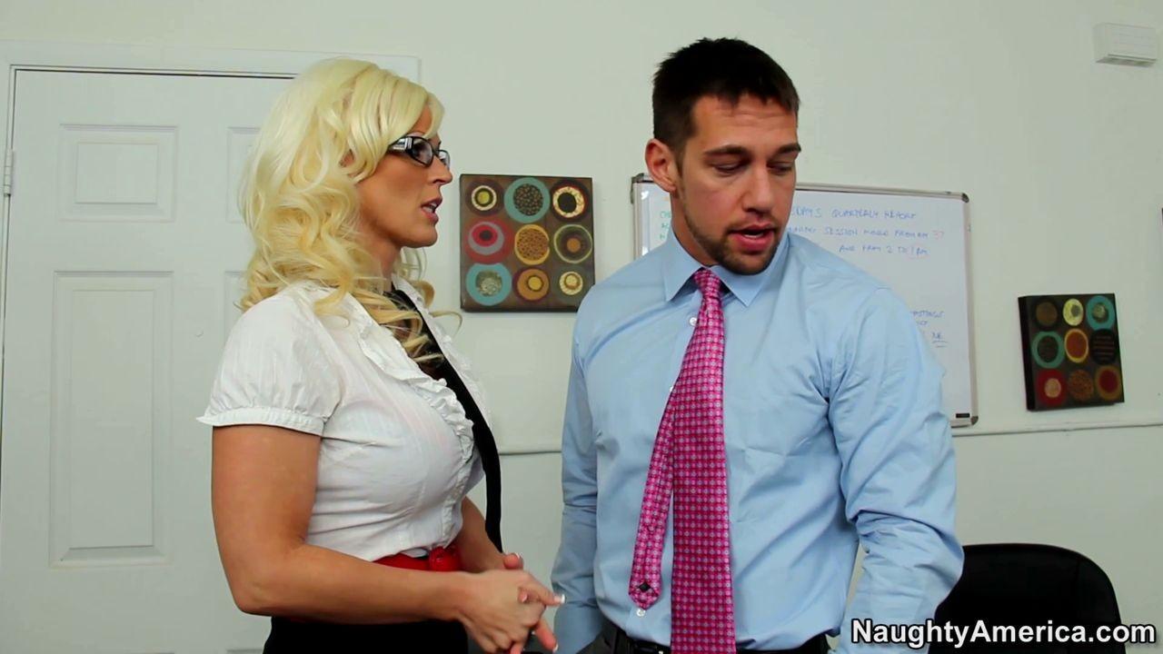 Блондинка Kaylee Brookshire шоркается в офисе