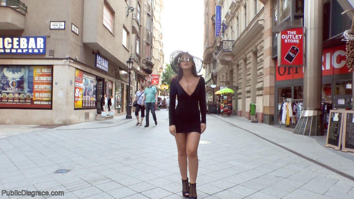 Гуляет по городу с голыми сиськами и голой жопой