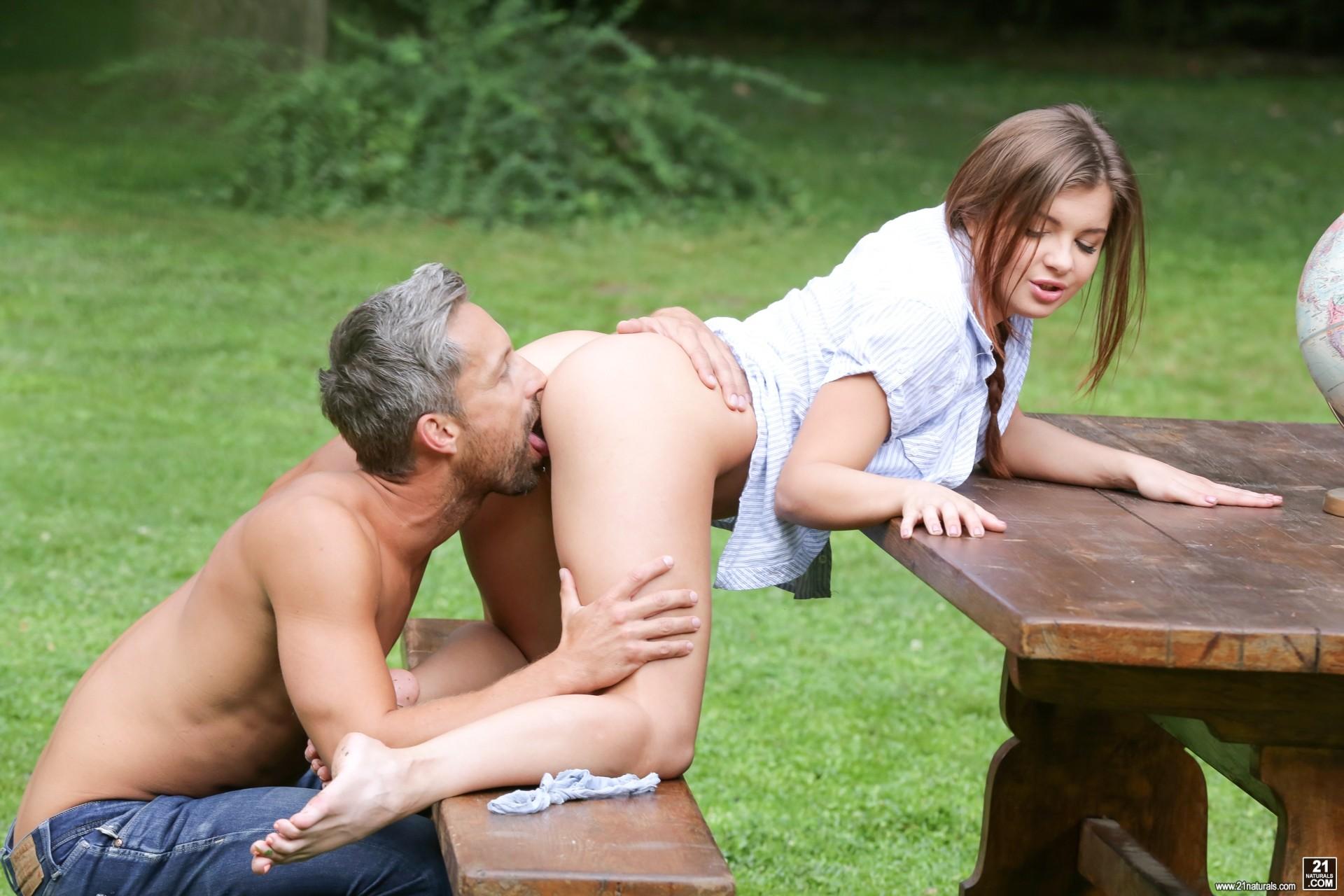 Седой мужик оттрахал молоденькую Ренату в лесу на пикнике