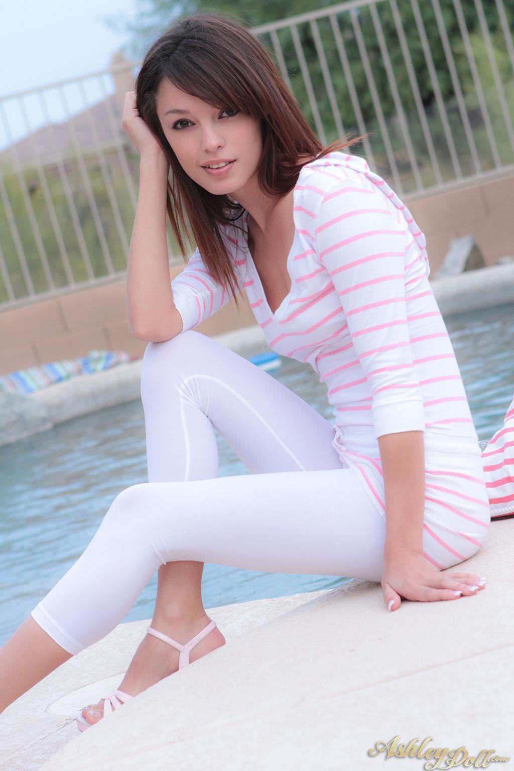 Ashley Doll оголила сиськи и пизду возле бассейна