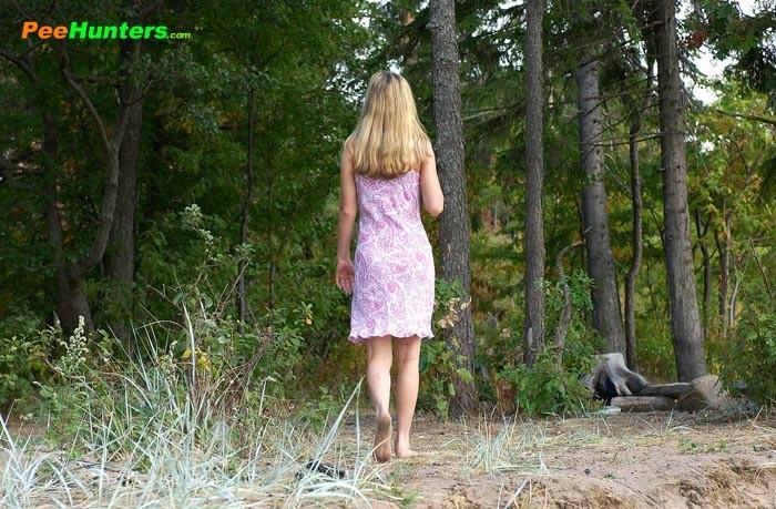 Ссыт в лесу раздевшись полностью