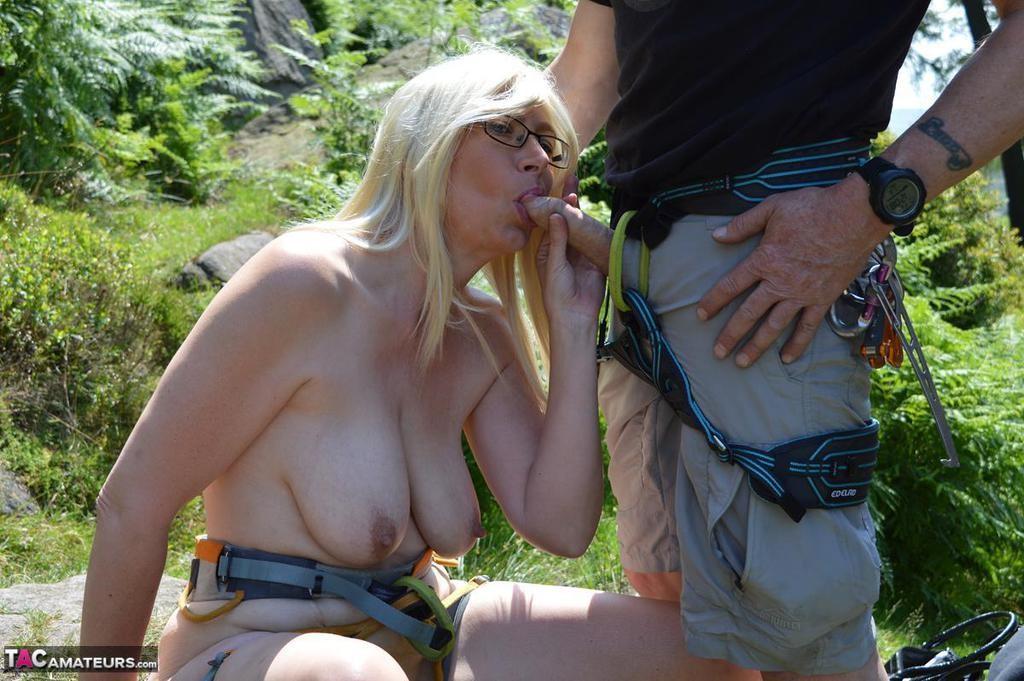 Зрелая скалолазка показала пизду в горах и там же пососала