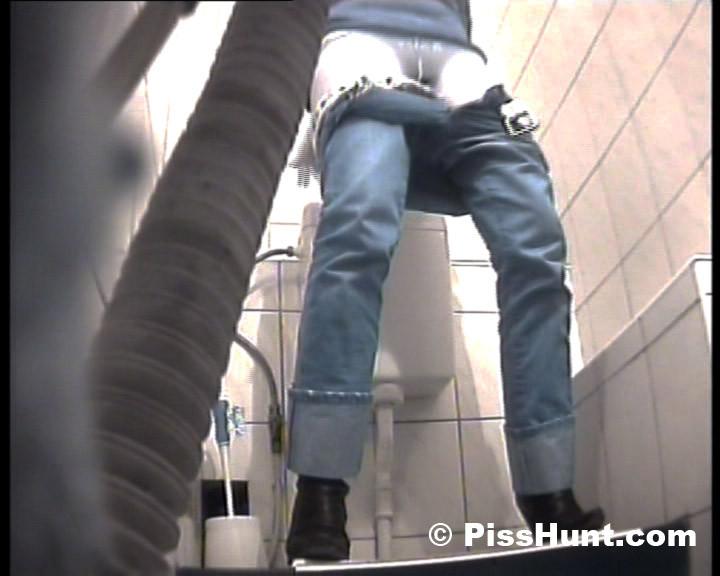 Синеволосая ссыт в туалете