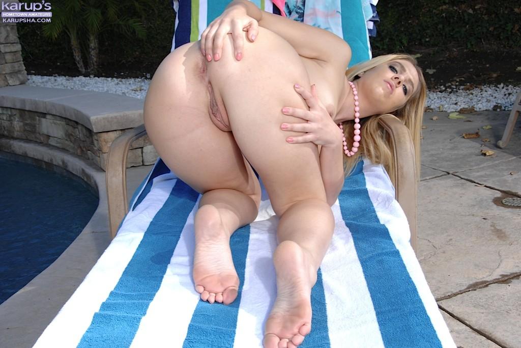 Sadie North показывает бритую киску лежа на шезлонге