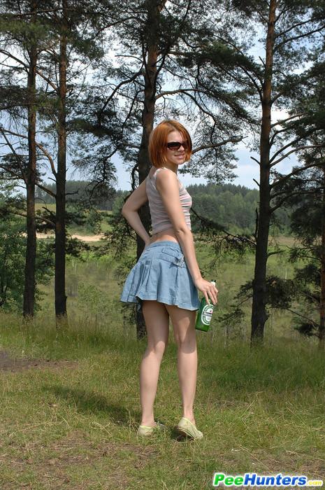 Рыжая худышка писает в леся стоя