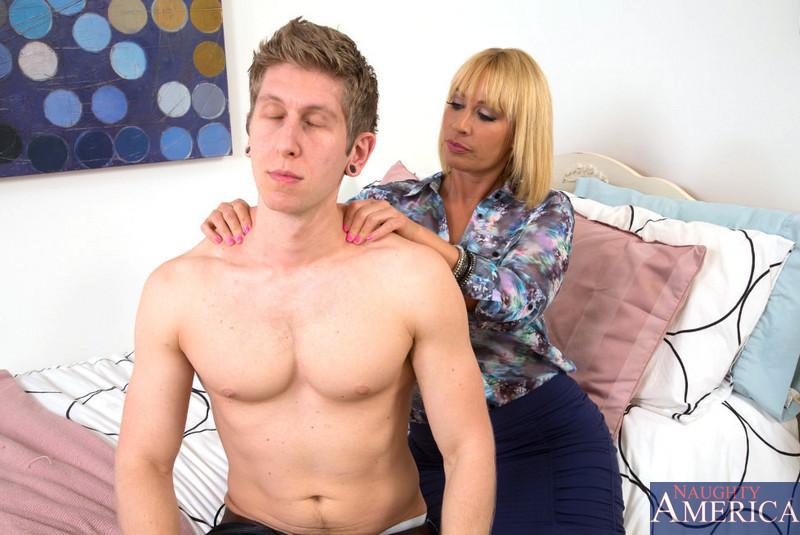 Зрелая мамочка Mellanie Monroe сделала молодому соседу массаж и дала в киску