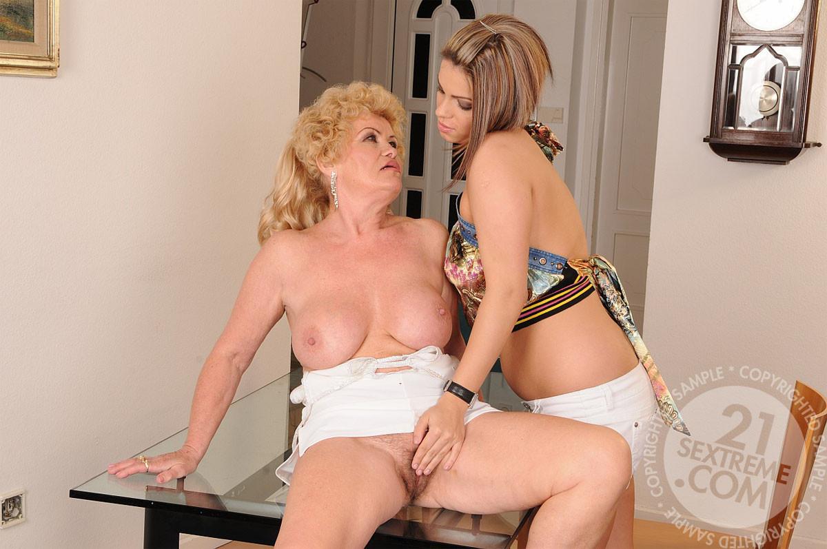 Классная девка полизала жопу у старухи