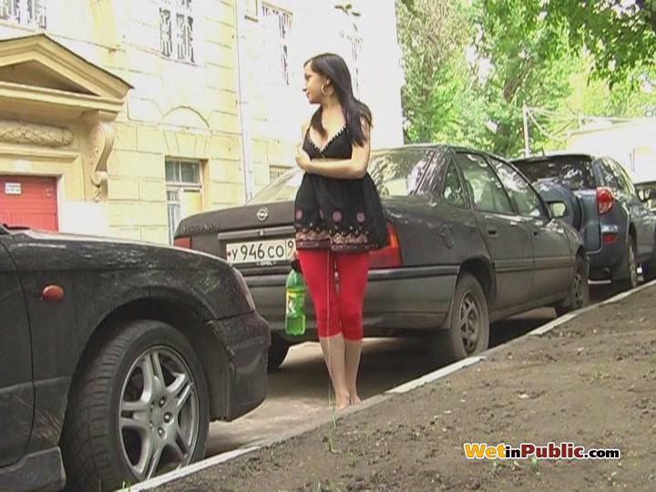 Девушка идет по улице и ссыт через лосины