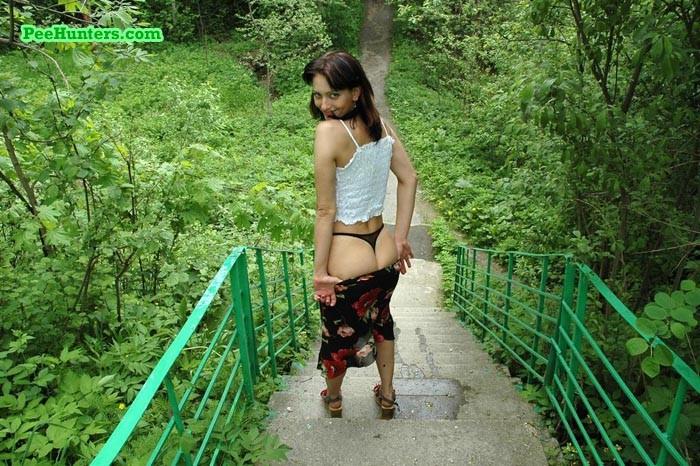 Симпатичная девка поссала на лестнице