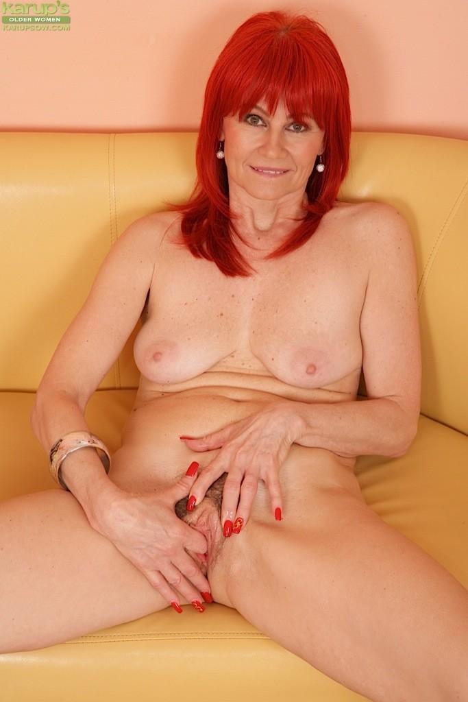Рыжая Amanda Rose бесстыже показывает лохматую киску