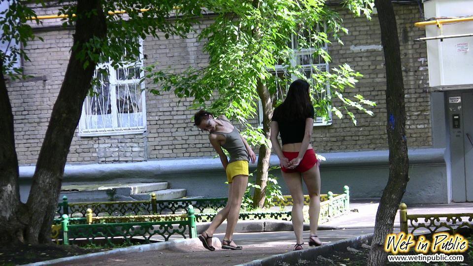 Две молодые обоссанки