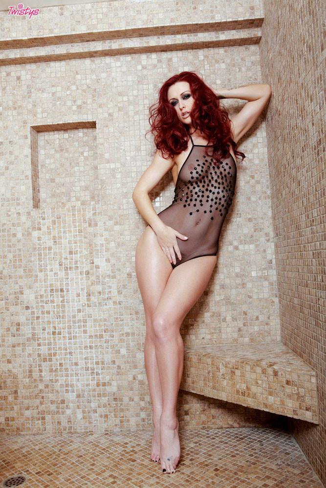 Рыжая развратница Karlie Montana принимает душ
