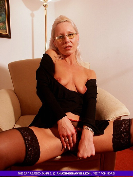 Пожилая блондинка в очках обнажила маленькие висячки и раздвинула ноги