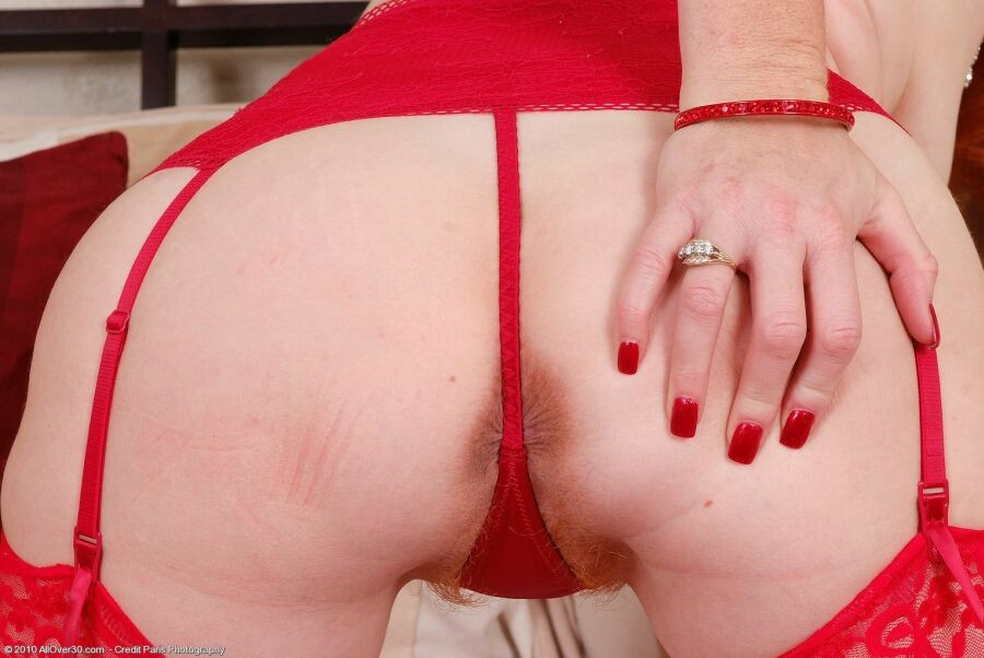 Bodybuilder brandi mae strips her long red dress and opens up toned legs for a huge dildo