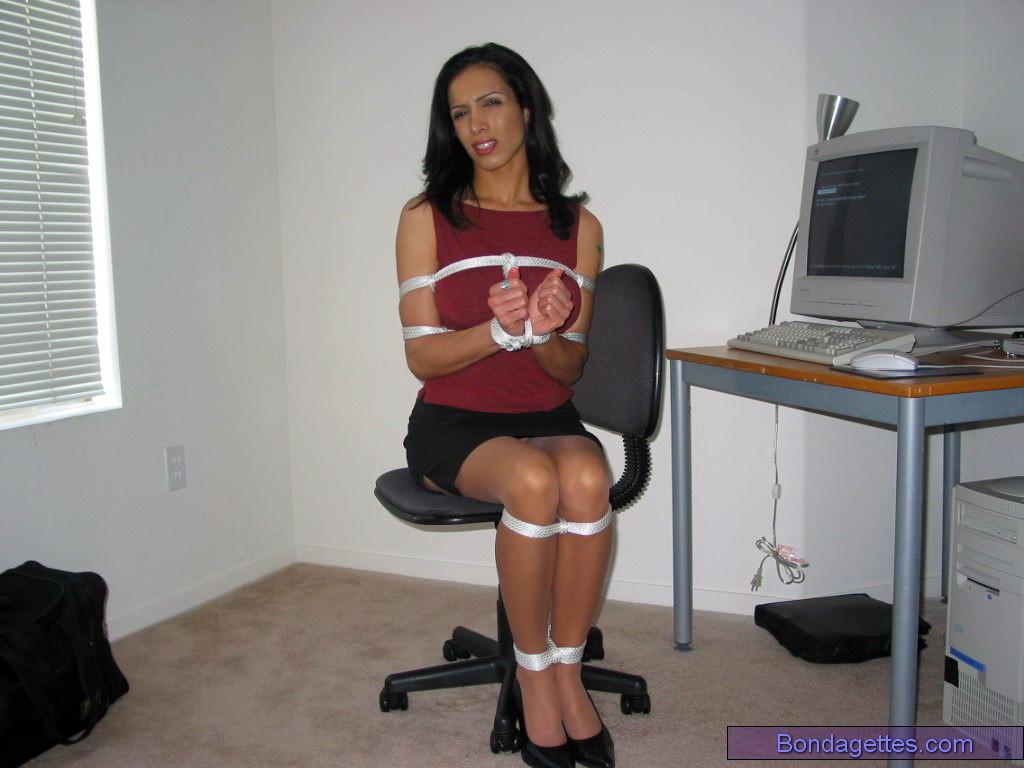 Связаная красивая секретарша