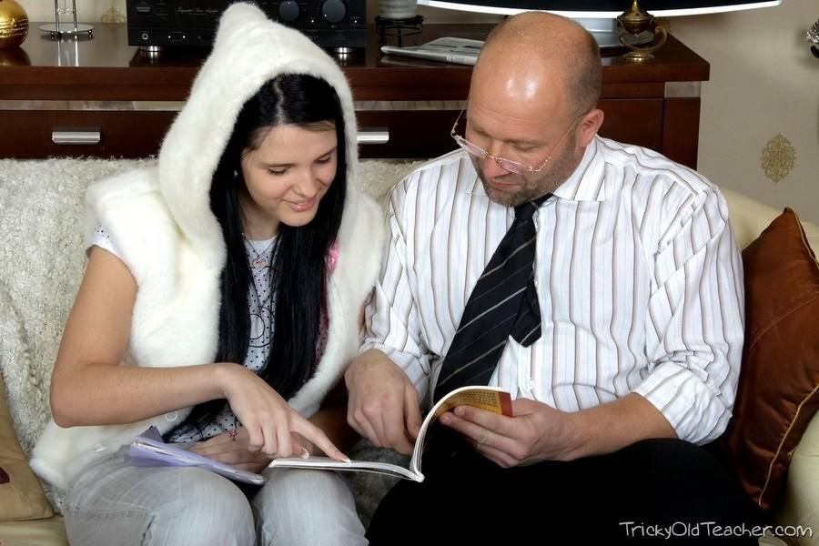 Русская студентка отдалась пожилому профессору