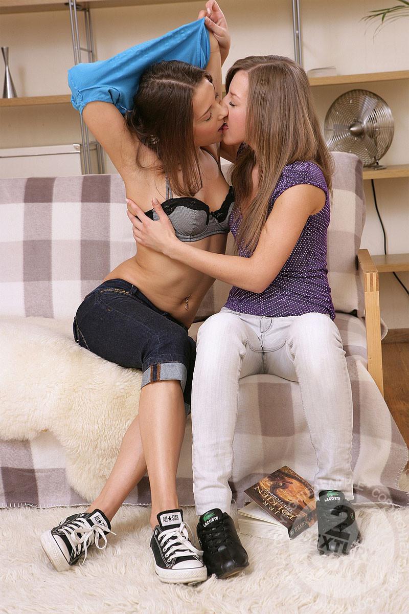 Русские молодые лесбиянки лижут все дырочки и даже немножко делают фистинг