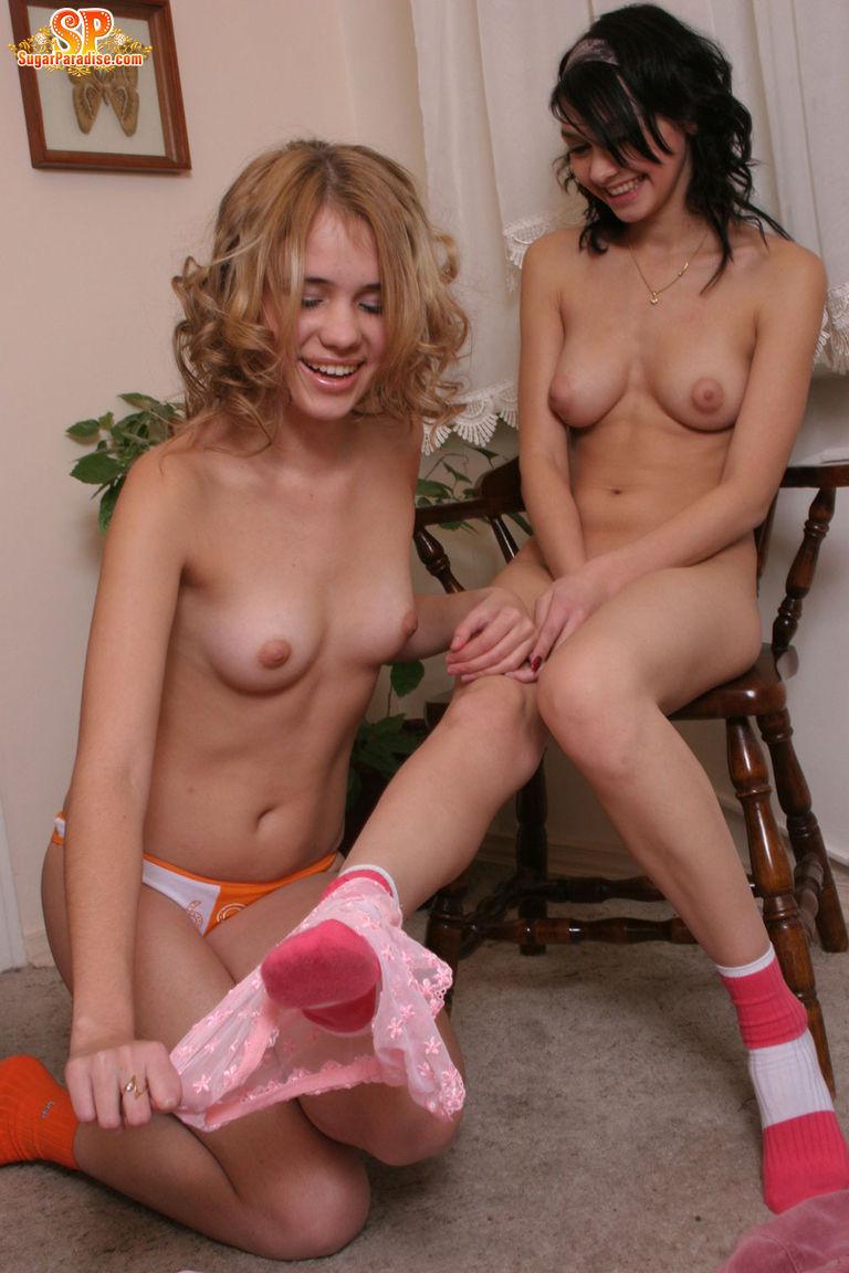 Соло двух голых молодых дам
