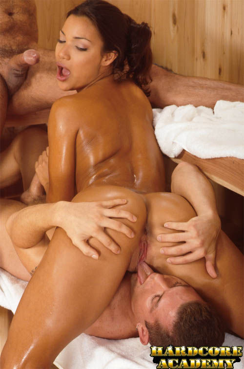Красавицу Adriana Sage имеют в сауне в два члена