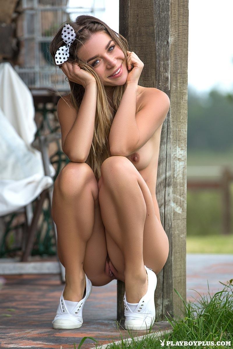 Lily Chey оголила маленькую грудку и красивую киску на свежем воздухе