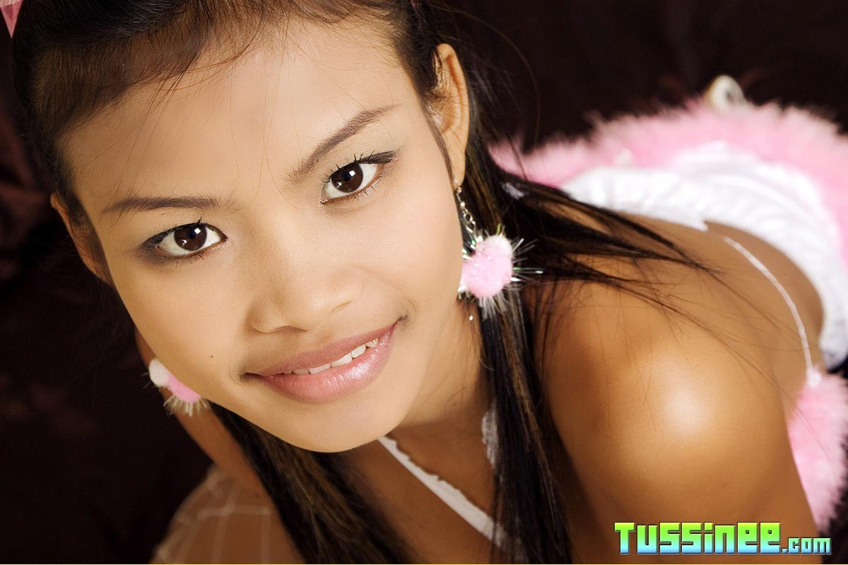 Худая азиатка Tussinee