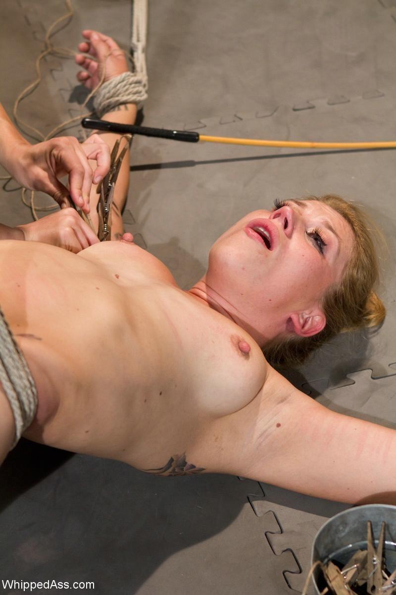Жестокая дама тренер довела подопечную до сквирта прямо в спортзале