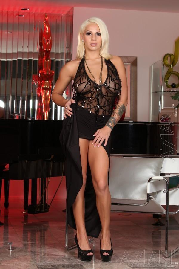 Соблазнительная блондинка Lylith Lavey трахает себя розовым самотыком