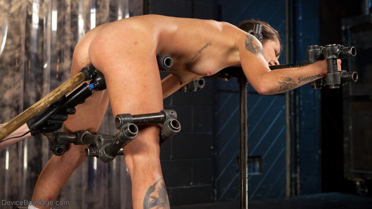 Kacie Castle проходит испытание секс машиной