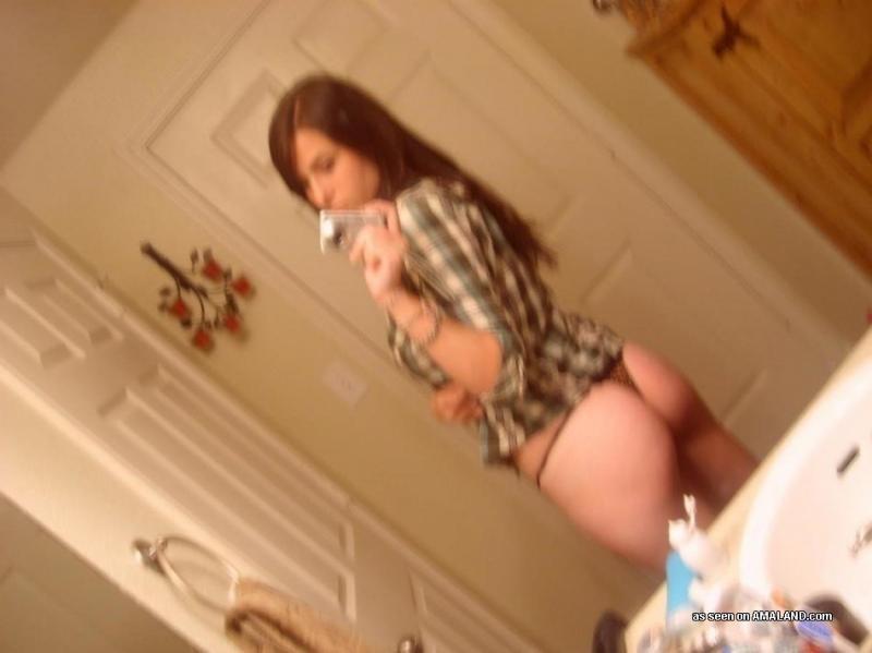 Молоденькая делает сексуальные селфи в ванной