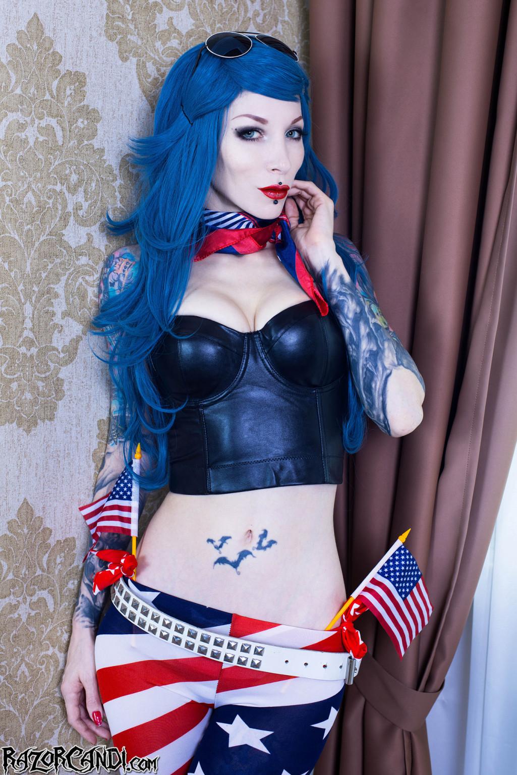 Синеволосая американская патриотка Razor Candi запихнула в пизду секс игрушку