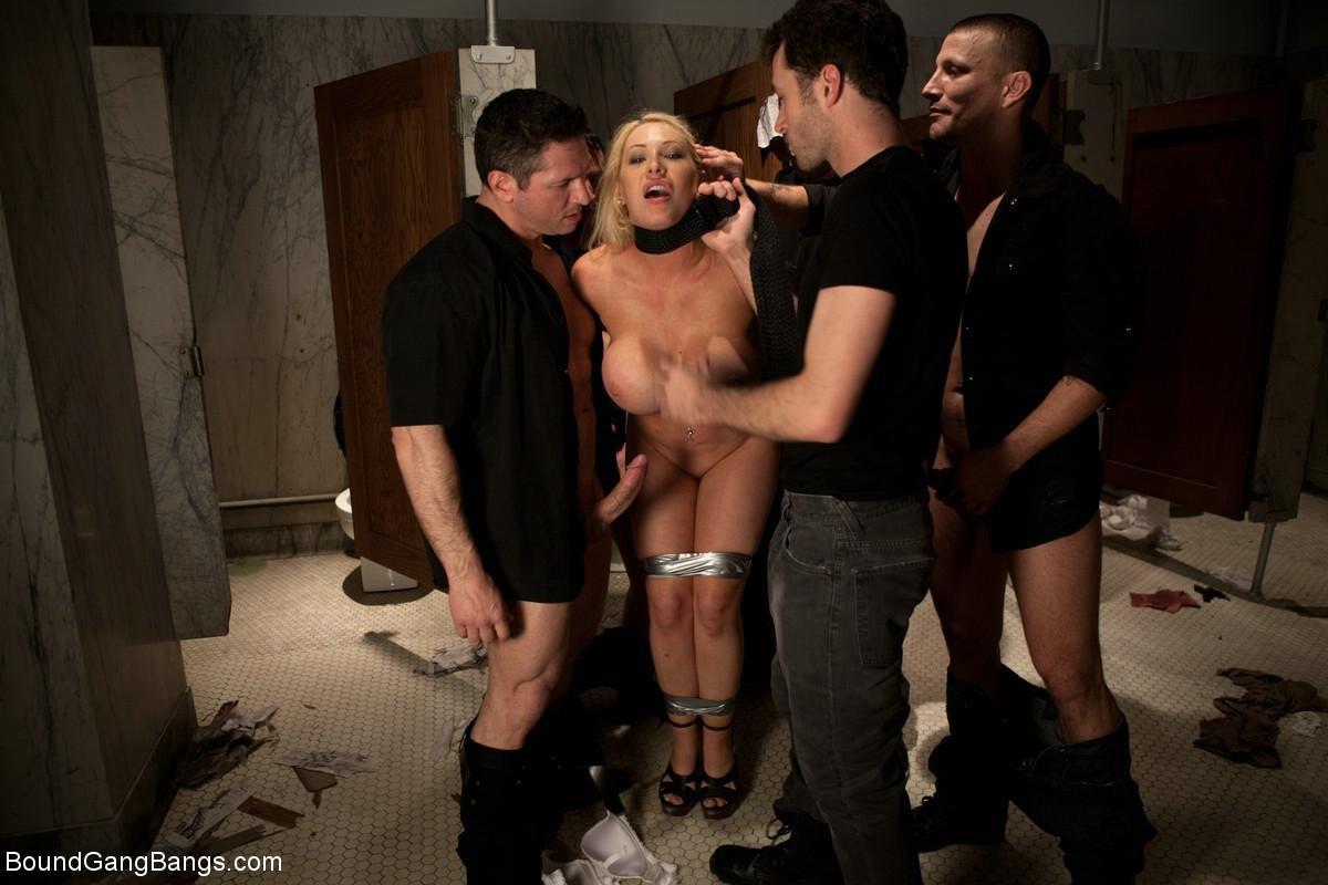 Candy Manson, James Deen, Maestro, John Strong, Mr Pete - В туалете - Галерея № 3292081