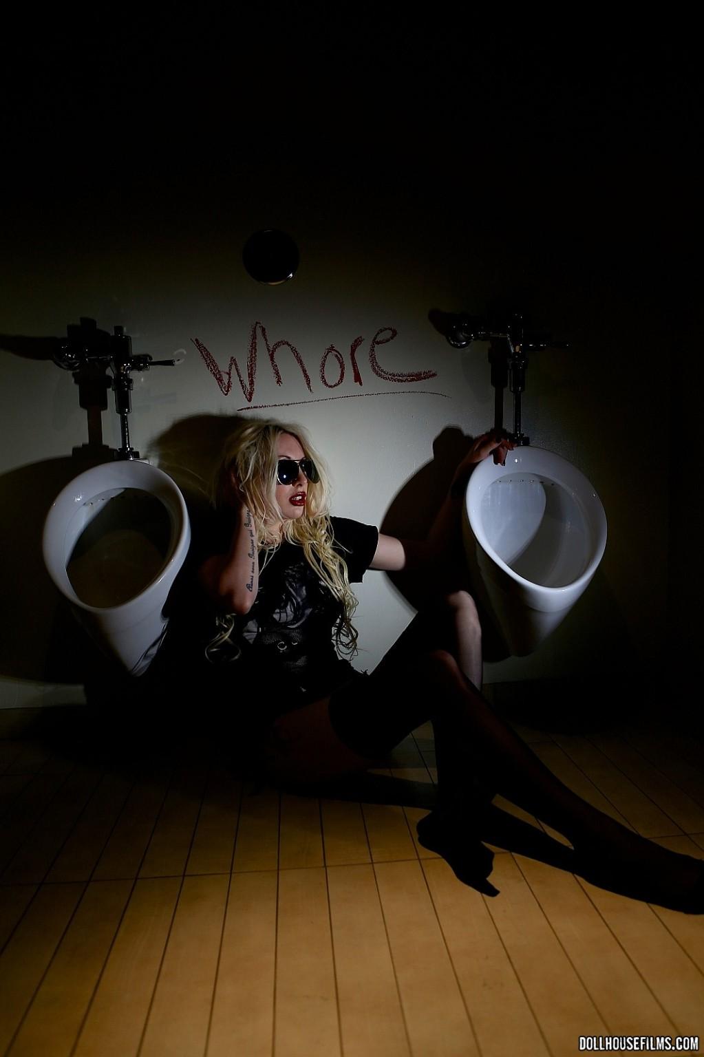 Valerie Fox - В туалете - Галерея № 3509917