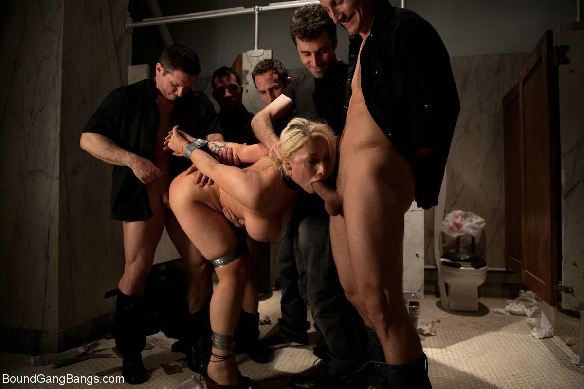 Candy Manson, James Deen, Maestro, John Strong, Mr Pete - В туалете - Галерея № 3235081