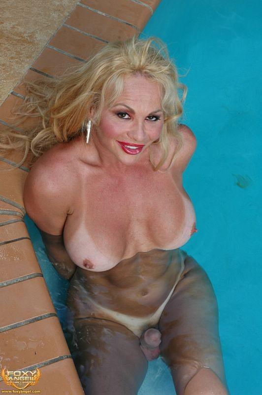 Зрелый транс разделся у бассейна