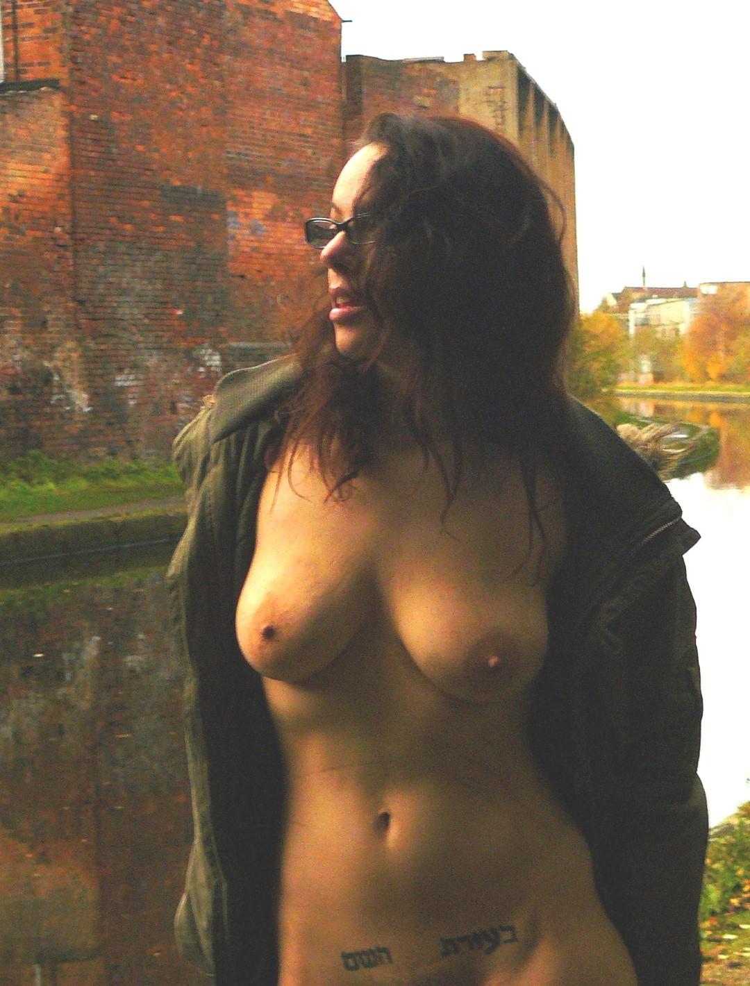 Девушка в очках гуляет по городу накинув плащ на голое тело