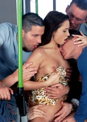 Красавица Alexa May сношается с несколькими мужчинами