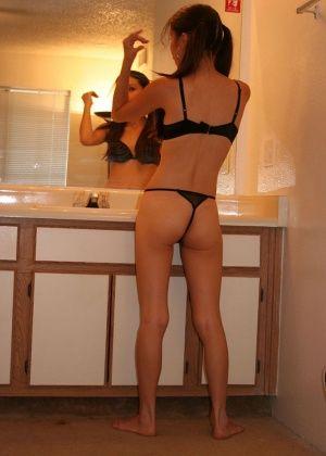 Показывает влагалище через прозрачные трусики в ванной