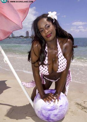 Nikki Jaye - На пляже - Галерея № 3516460