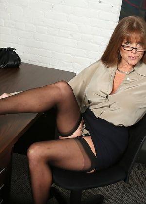 Негр вдул в анус пожилой секретарше
