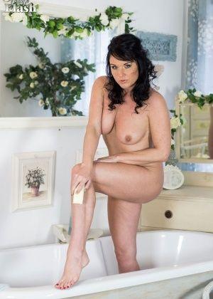 Raven Lee - В ванной - Галерея № 3470399