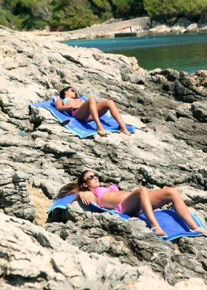 Nia Black, Amirah Adara - На пляже - Галерея № 3479524