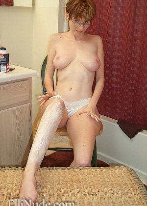 Женщина побрила пизду специальной машинкой
