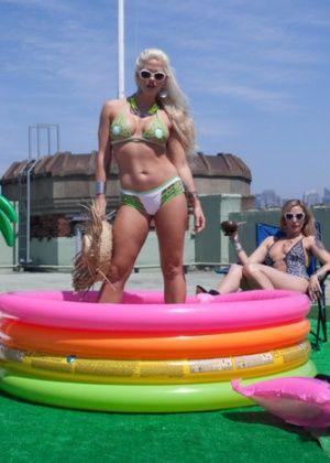 Holly Heart, Daisy Ducati, Lorelei Lee, Maitresse Madeline - Бикини - Галерея № 3491359