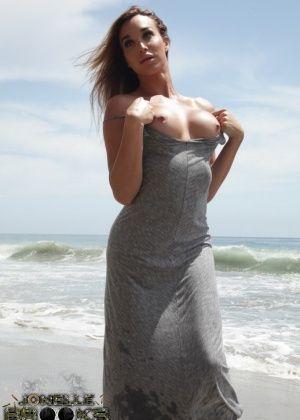 Jonelle Brooks - На пляже - Галерея № 3493607
